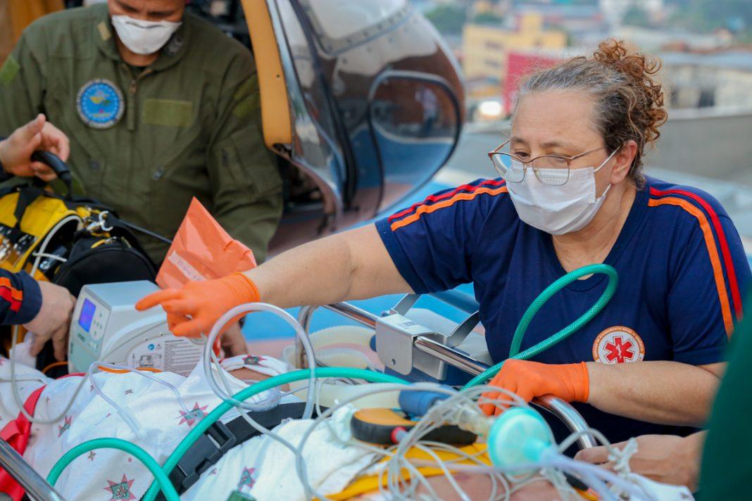 Enfermeira do Samu realiza os primeiros procedimentos após retirada do paciente do helicóptero do Estado. Foto: Neto Lucena/Secom