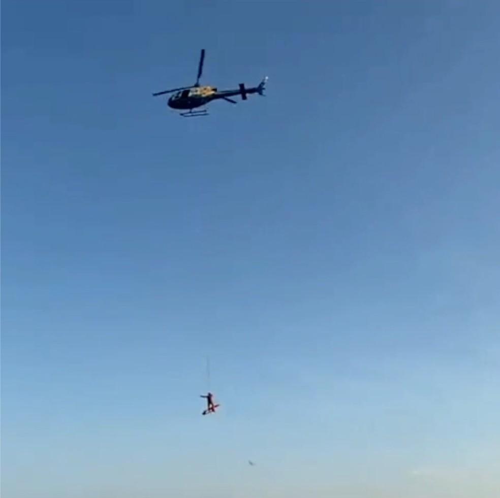 Piloto de parapente que sofreu acidente é resgatado de helicóptero — Foto: Divulgação/CIOPAER-TO