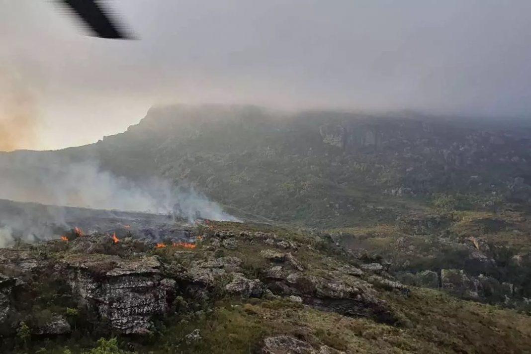 Vídeo mostra como foi o combate ao incêndio com a aeronave no Pico do Itambé Foto: Sargento Carence/ComAvE/Divulgação